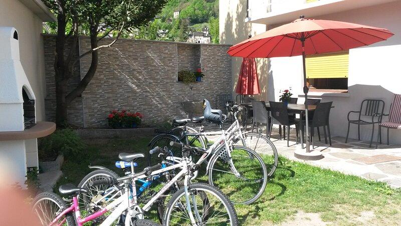 Villetta con giardino, 2 appartamenti, 12 posti, holiday rental in Gravellona Toce