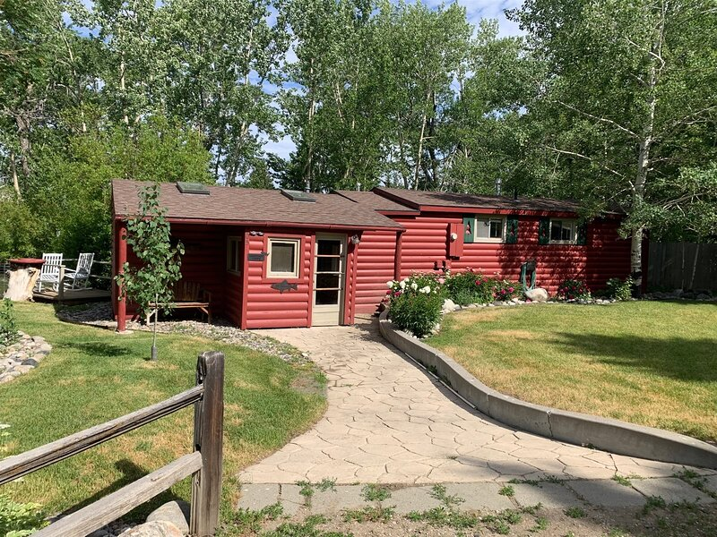 Fishing Cabin  Great Location Creekside, Dog-Friendly with Wi-Fi and close to Do, holiday rental in Clark