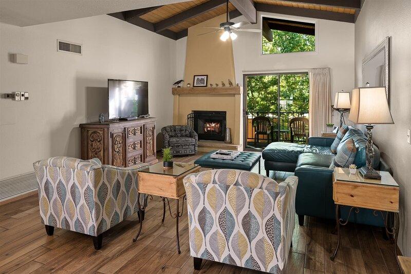 Updated 3 Bedroom Condo, New Furnishings! Oak Creek Estados F12 - S064, vacation rental in Village of Oak Creek