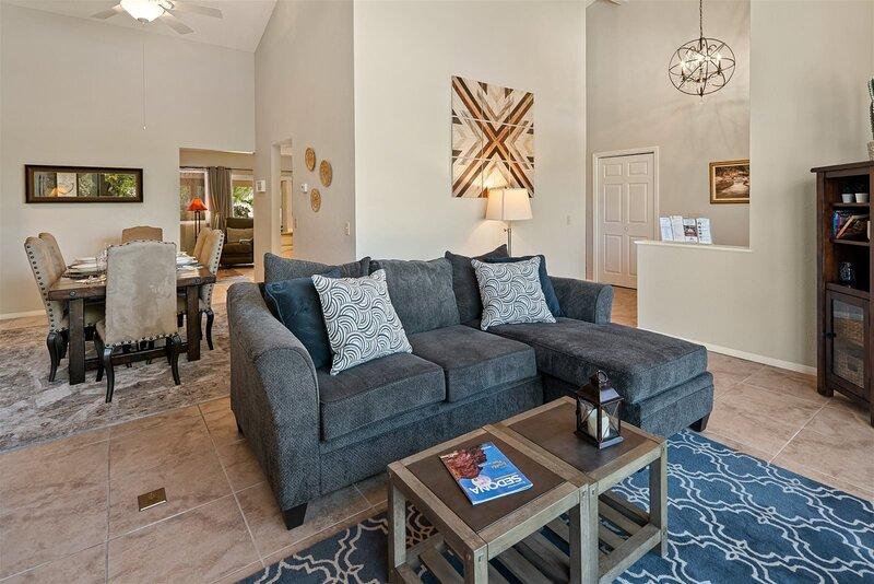 Beautiful Modern Home! Great Village of Oak Creek Location! Lindsay Way - S090, vacation rental in Village of Oak Creek