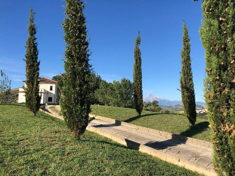 Casa Belfi with stunning views of the mountains, holiday rental in Castiglione Messer Raimondo