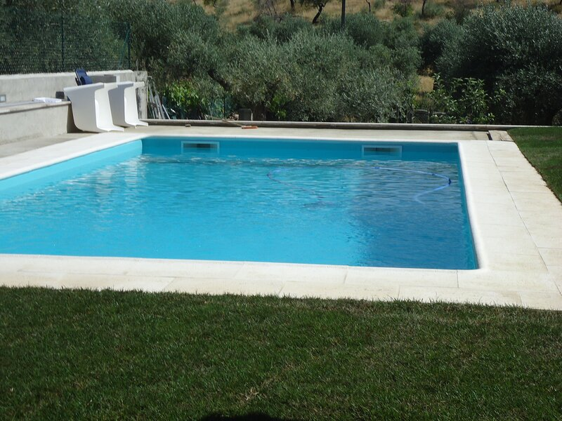 Spacious villa with swimming-pool, location de vacances à Braganca District