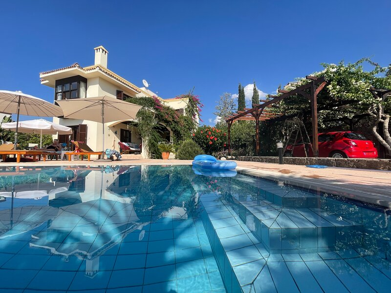 Cyprus Harbour View Villa, Stunning Views Private Pool with secluded areas., location de vacances à Kyrenia