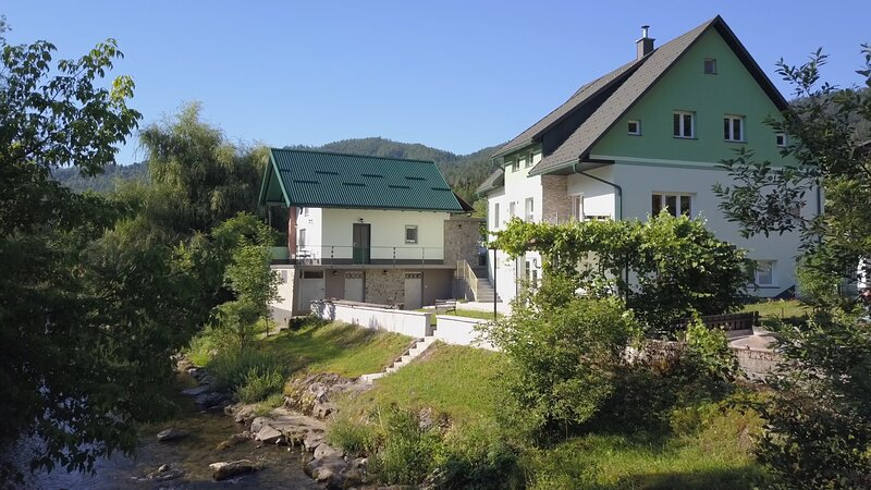 Stunning Riverview Garden House in Zamost, holiday rental in Cabar