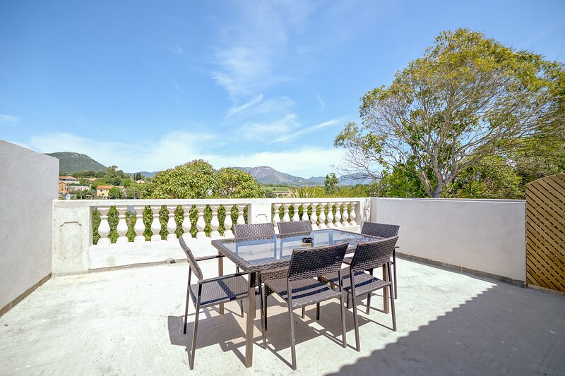 Amazing house with garden & terrace, holiday rental in Mezzavia