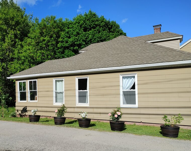 Walk to downtown and the town beach or kayak from backyard to Lake Annabessacook, holiday rental in Augusta