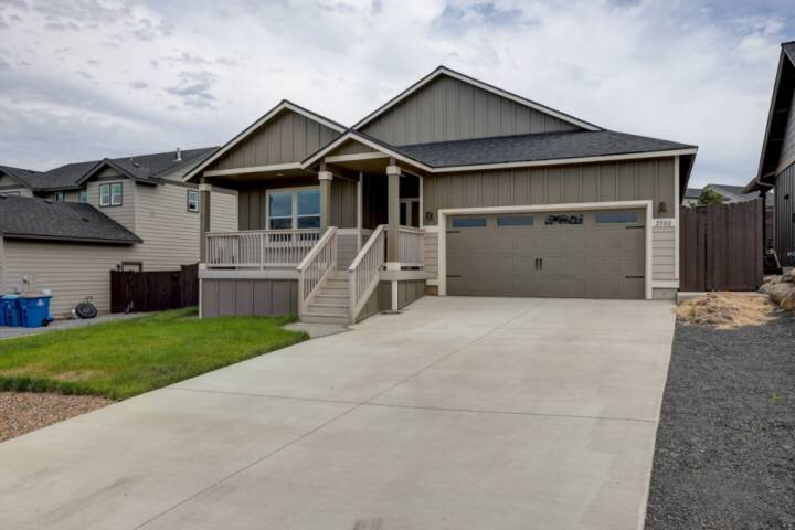 NEW HOME! Family Friendly, Large Private Backyard, Patio, Porch View of Mountain, location de vacances à Redmond