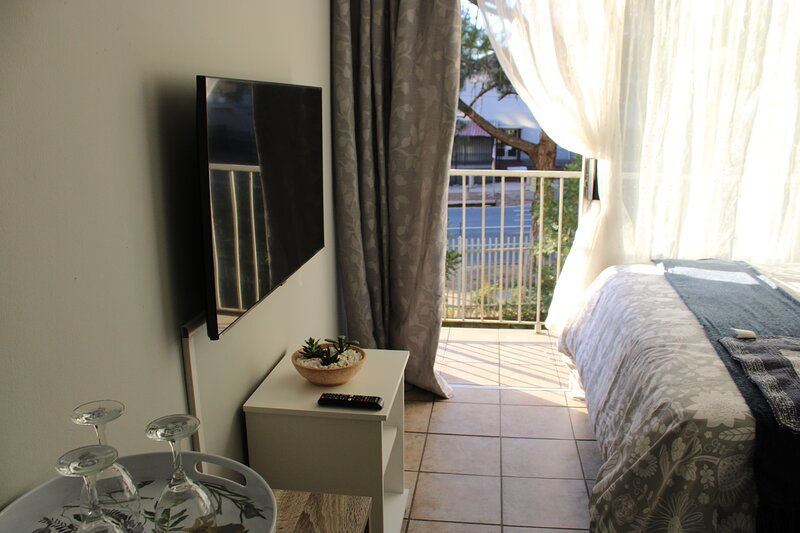 Homely studio apartment with a lovely sunset view, alquiler de vacaciones en Centurion