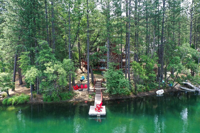Lake House w/ Pvt. Dock, 30 Mins to Yosemite!, holiday rental in Coulterville