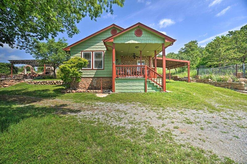 NEW! Charming Hilltop Cottage in Medicine Park!, holiday rental in Medicine Park