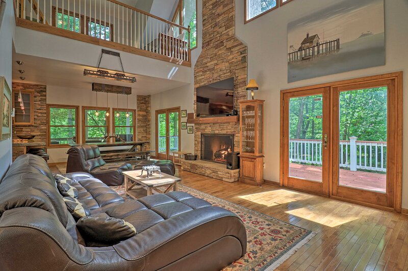 NEW! Private Riverfront Lake Lure Home on 13 Acres, holiday rental in Union Mills
