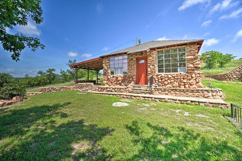 NEW! Enchanting Hilltop Cottage in Medicine Park!, holiday rental in Medicine Park
