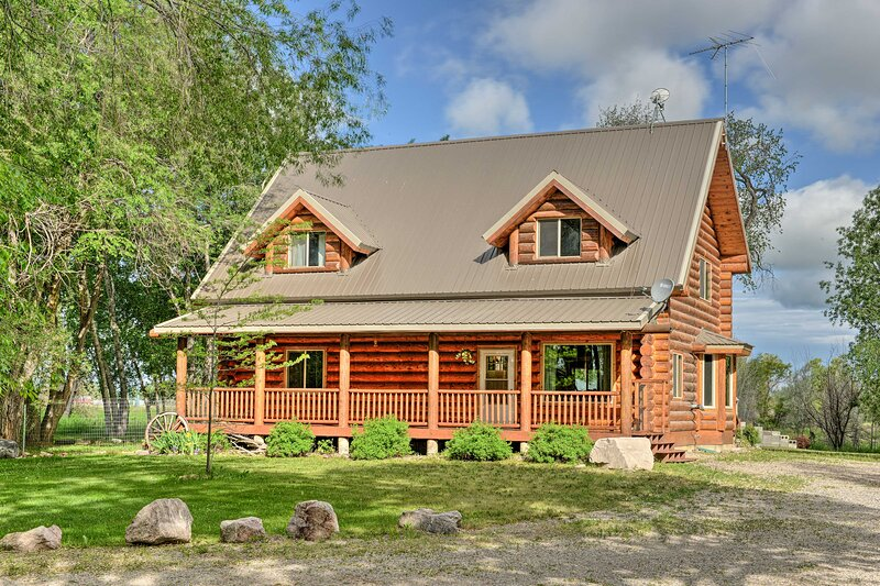 NEW! Private Riverside Cabin, Golf Across Street, holiday rental in Ririe