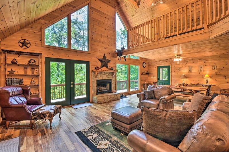 NEW! Ellijay Resort Cabin w/ Game Room & Decks!, holiday rental in Ranger