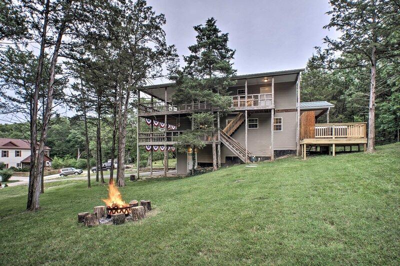NEW! Serene Lakeside Escape w/ Game Room & Hot Tub, casa vacanza a Ridgedale