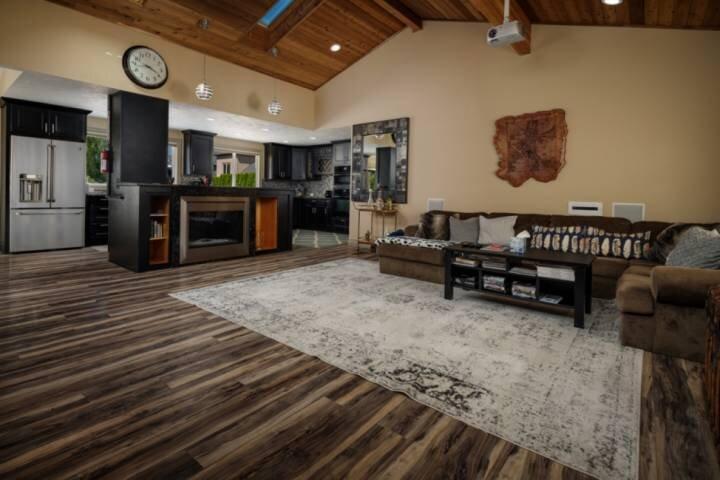 Unbeatable Location, Huge Yard, Deck, Hot Tub & BBQ New Décor and Furnishings, 7, holiday rental in Cedar Hills