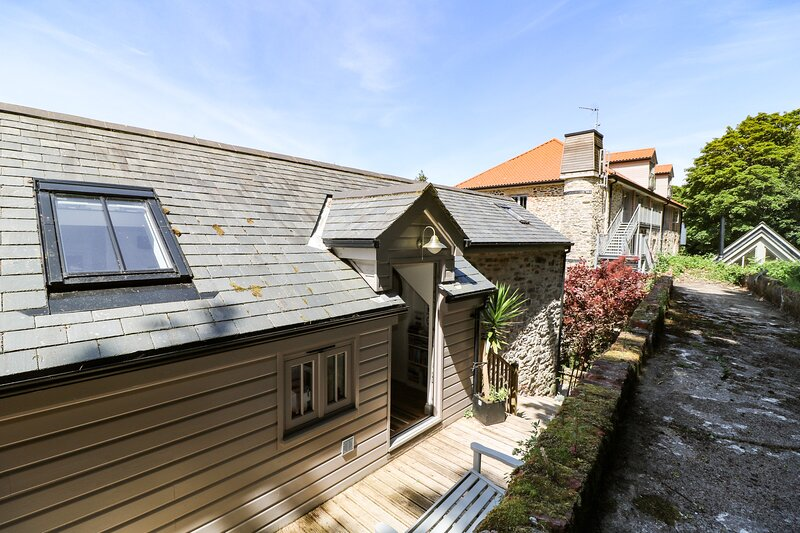 1 THE BRASS BOLT SHOP, immaculate Grade II listed cottage, in 5 acres of, holiday rental in Perranwell Station