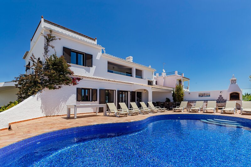 Villa Sea Senses has capacity for 16 people with private pool & sea views., holiday rental in Sesmarias