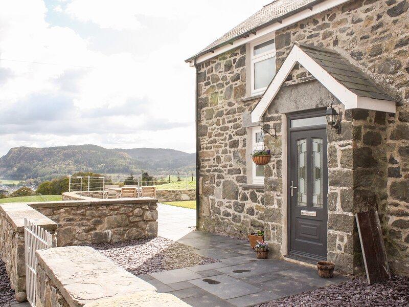 PEN Y BRYN COTTAGE, sleeps six, woodburner stove, king-size, near Llanrwst, Ref, casa vacanza a Trefriw