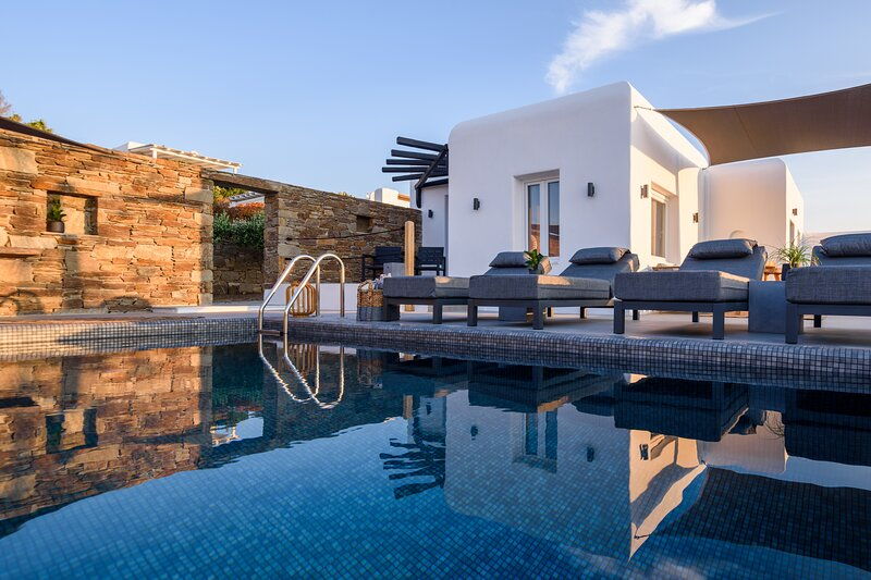Myconian Platinum Guesthouse with Private Plunge Pool, holiday rental in Kalafatis