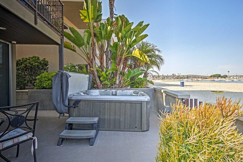NEW! Bayfront Getaway on Boardwalk with Hot Tub!, alquiler vacacional en Elvira