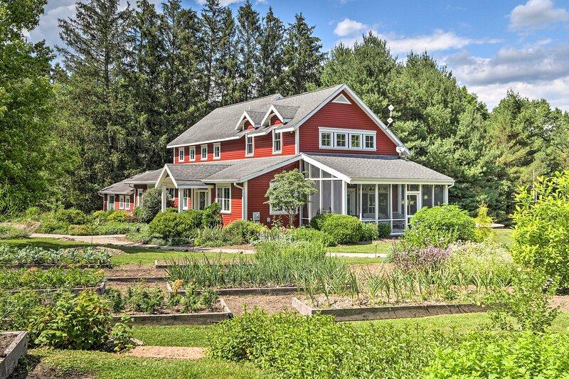 NEW! Athens Homestead with Yoga Studio & Garden!, casa vacanza a Chesterhill