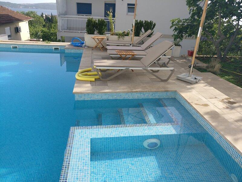 1 bed large Apartment  pool IVY HOUSE -  Tivat, holiday rental in Kamenari