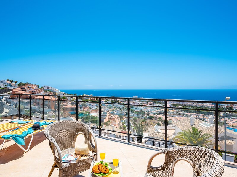 C11 Beautiful sea view villa 3 bedrooms and 2 terraces, holiday rental in La Caldera