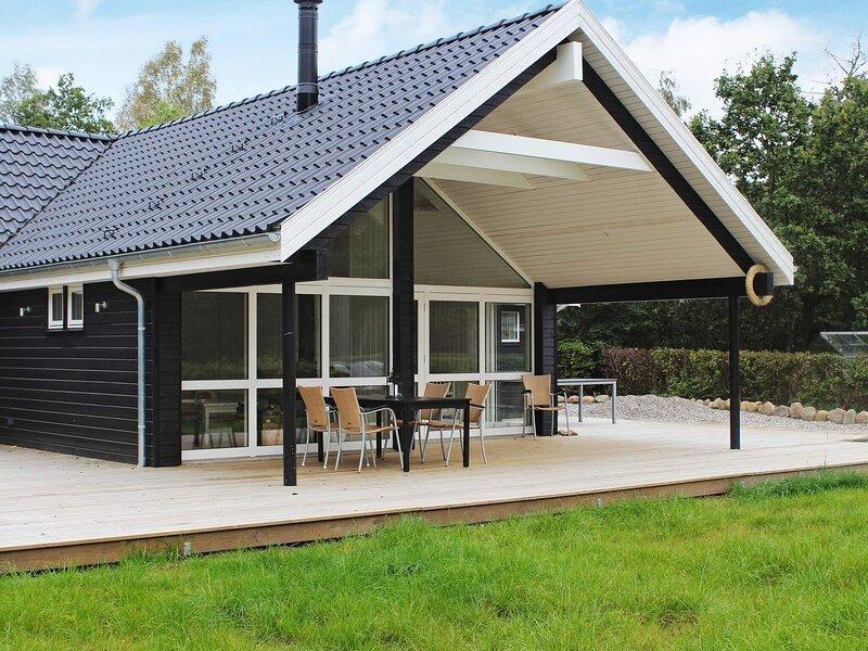 Modern Holiday Home in Engesvan with Whirlpool, holiday rental in Brande