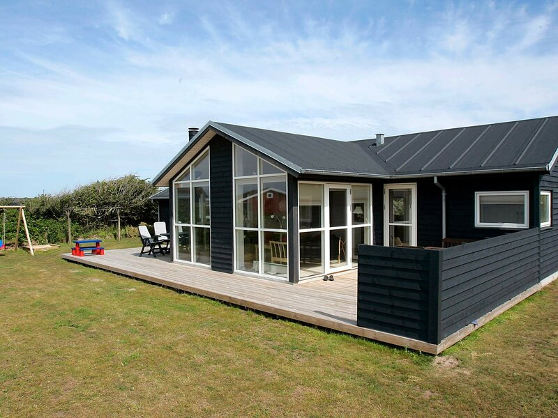Stunning Seaside Holiday Home in Lønstrup with Whirlpool, casa vacanza a Lonstrup