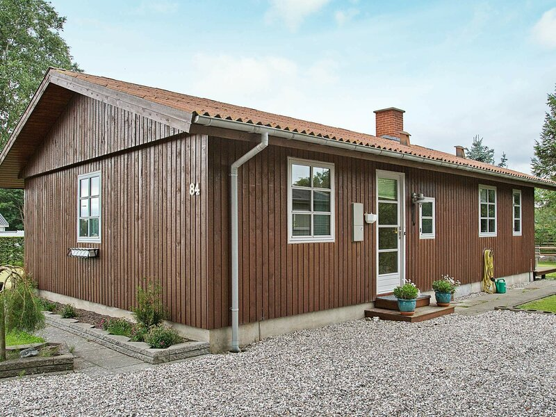 Vintage Holiday Home in Grenaa Jutland with Roofed Terrace, location de vacances à Grenaa
