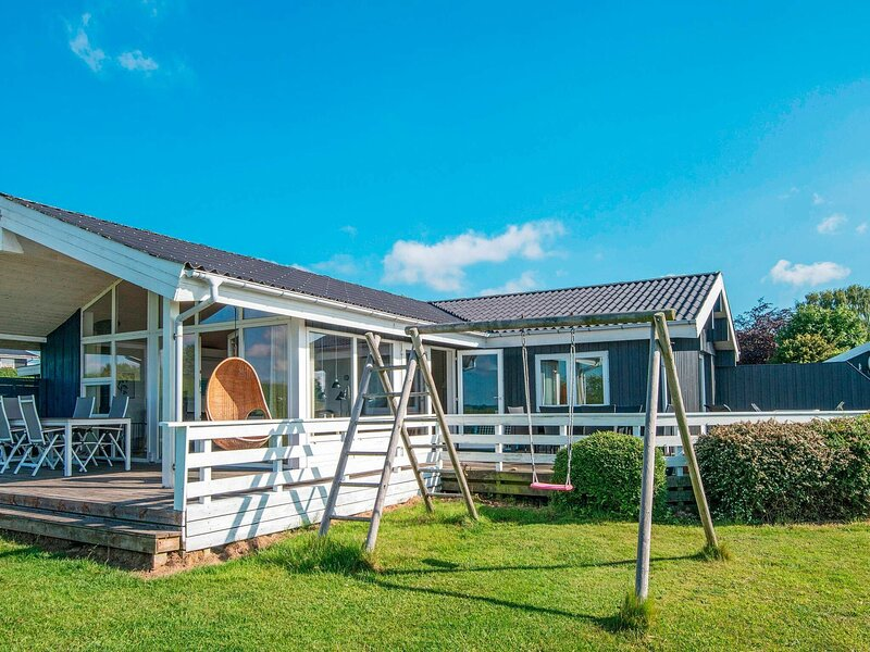 Spacious Holiday Home in Egernsund with Jacuzzi, location de vacances à Rinkenaes