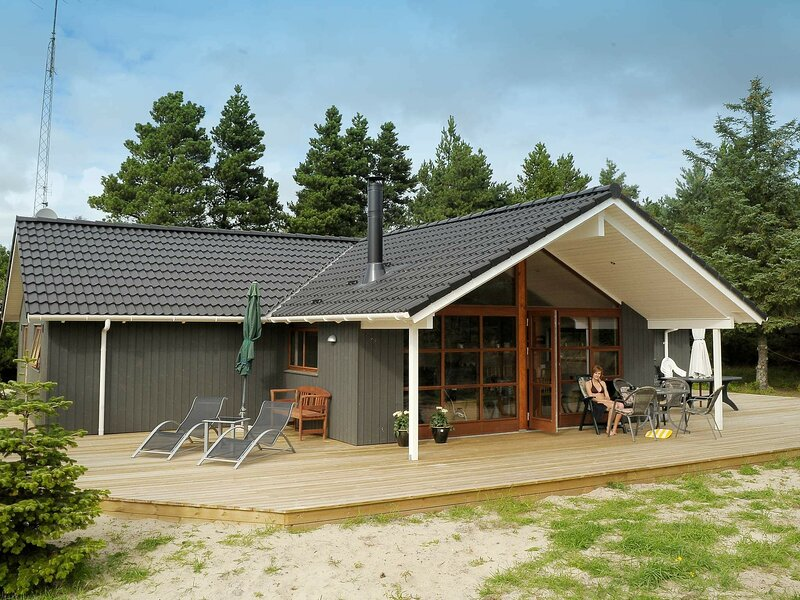 Magnificent Holiday Home in Blavand with Whirlpool, casa vacanza a Esbjerg