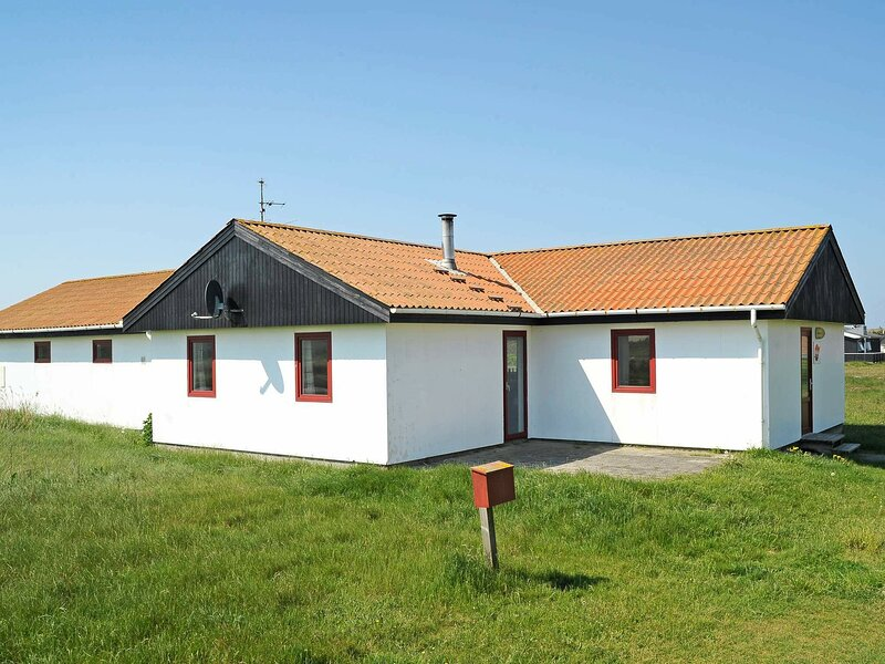 Spacious Holiday Home in Jutland with Swimming Pool, holiday rental in Ferring
