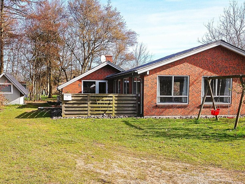Alluring Holiday Home in Glesborg with Swimming Pool, holiday rental in Fjellerup Strand
