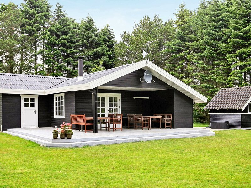 Spacious Holiday Home in Hojslev Jutland with Lawn, holiday rental in Viborg