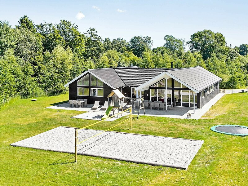 Luxurious Holiday Home in Glesborg near Sea, holiday rental in Fjellerup Strand