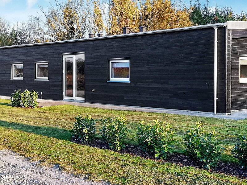 Cozy Holiday Home in Glesborg with Lake View, holiday rental in Fjellerup Strand