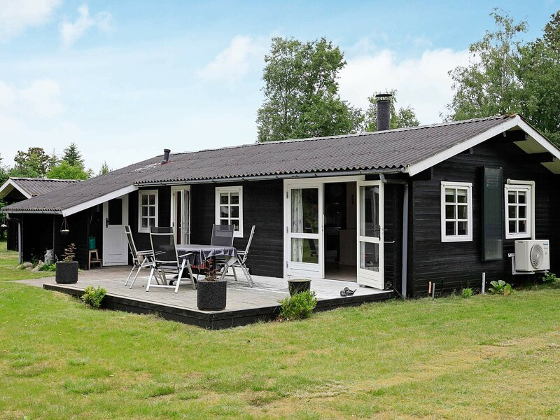 Stunning Holiday Home in Jerup with Terrace, vacation rental in Bratten