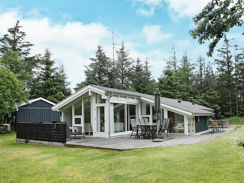 Secluded Holiday Home in Ålbæk near the Beach, holiday rental in Hulsig