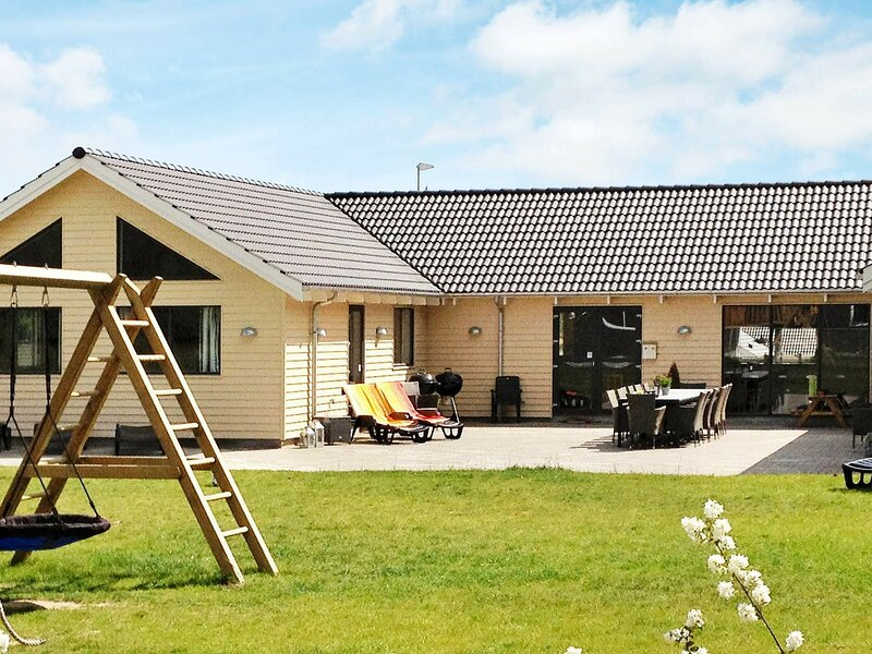 Spacious Holiday Home in Glesborg Near the Ocean, holiday rental in Fjellerup Strand