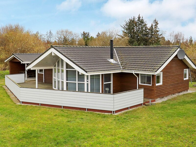 Deluxe Holiday Home in Jutland with beach nearby, vacation rental in Bratten