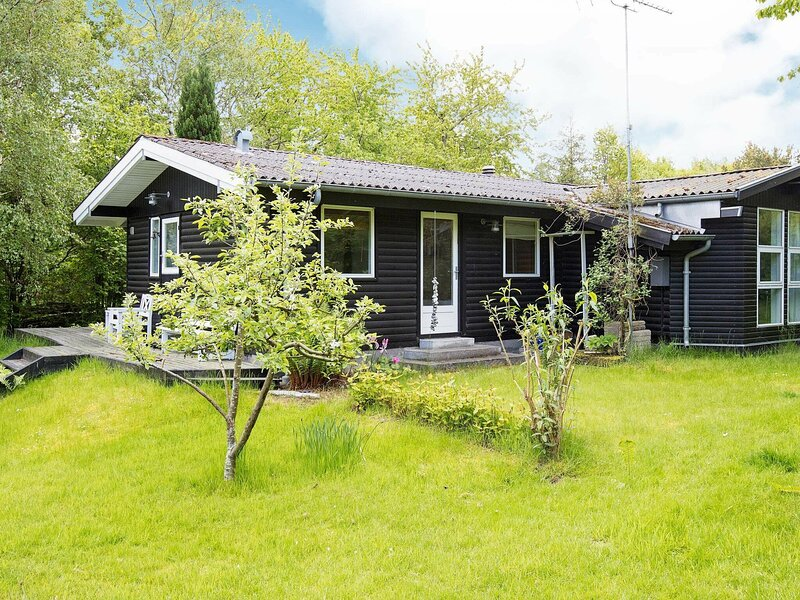 Chic Holiday Home in Hovedstaden with Terrace, holiday rental in Hornbaek