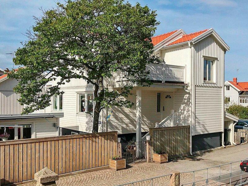 4 person holiday home in HUNNEBOSTRAND – semesterbostad i Fjällbacka