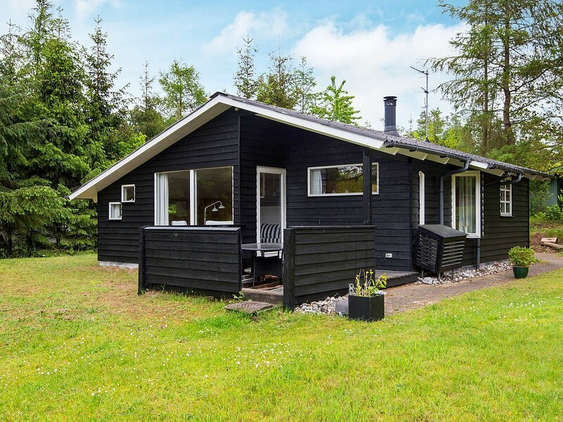 Gorgeous Holiday Home in Ebeltoft with Roofed Terrace, location de vacances à Femmoeller
