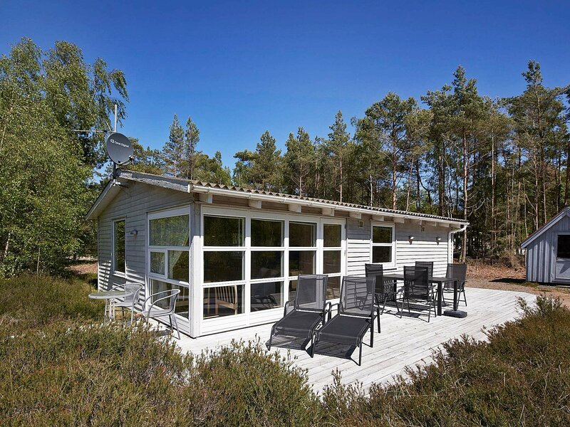 Traditional Holiday Home in Bornholm with Terrace, location de vacances à Dueodde