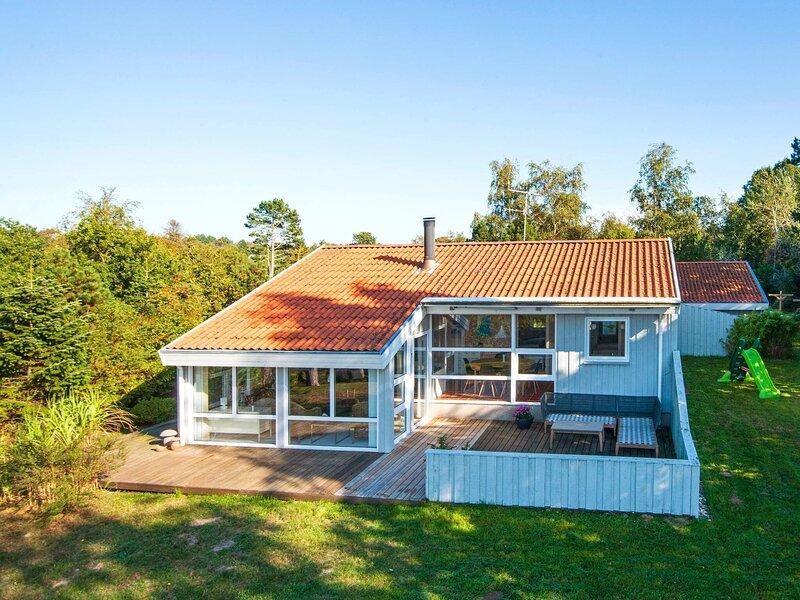 8 person holiday home in Ebeltoft, Ferienwohnung in Boeslum