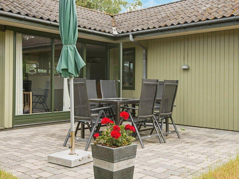 Cozy Holiday Home in Ebeltoft with Garden, Ferienwohnung in Boeslum