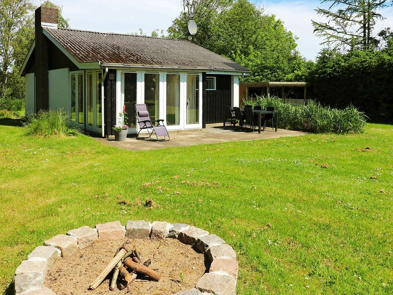 Charming Holiday Home in Hadsund with Terrace, holiday rental in Rebild Municipality