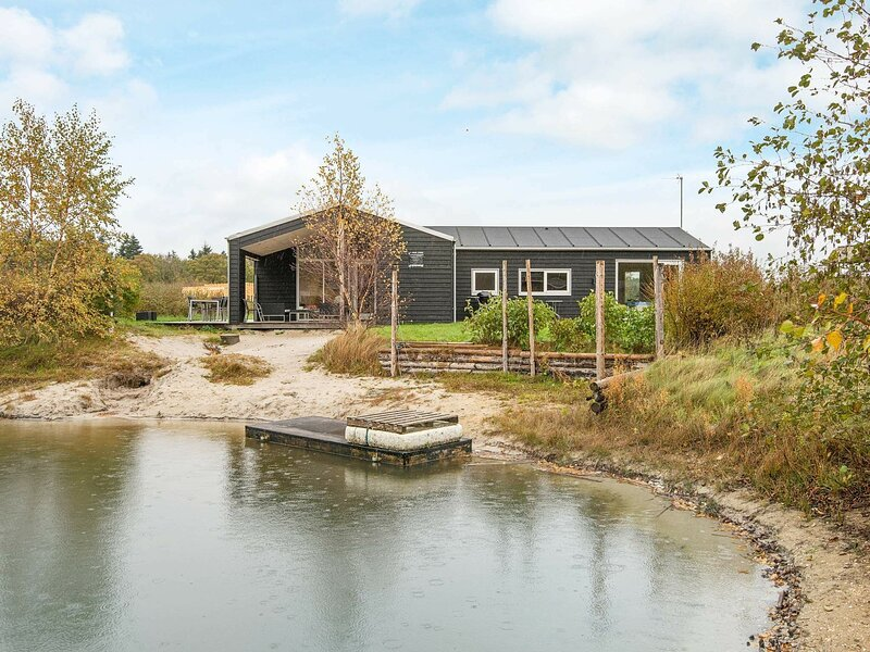 Modern Holiday Home in Glesborg with Whirlpool, holiday rental in Fjellerup Strand